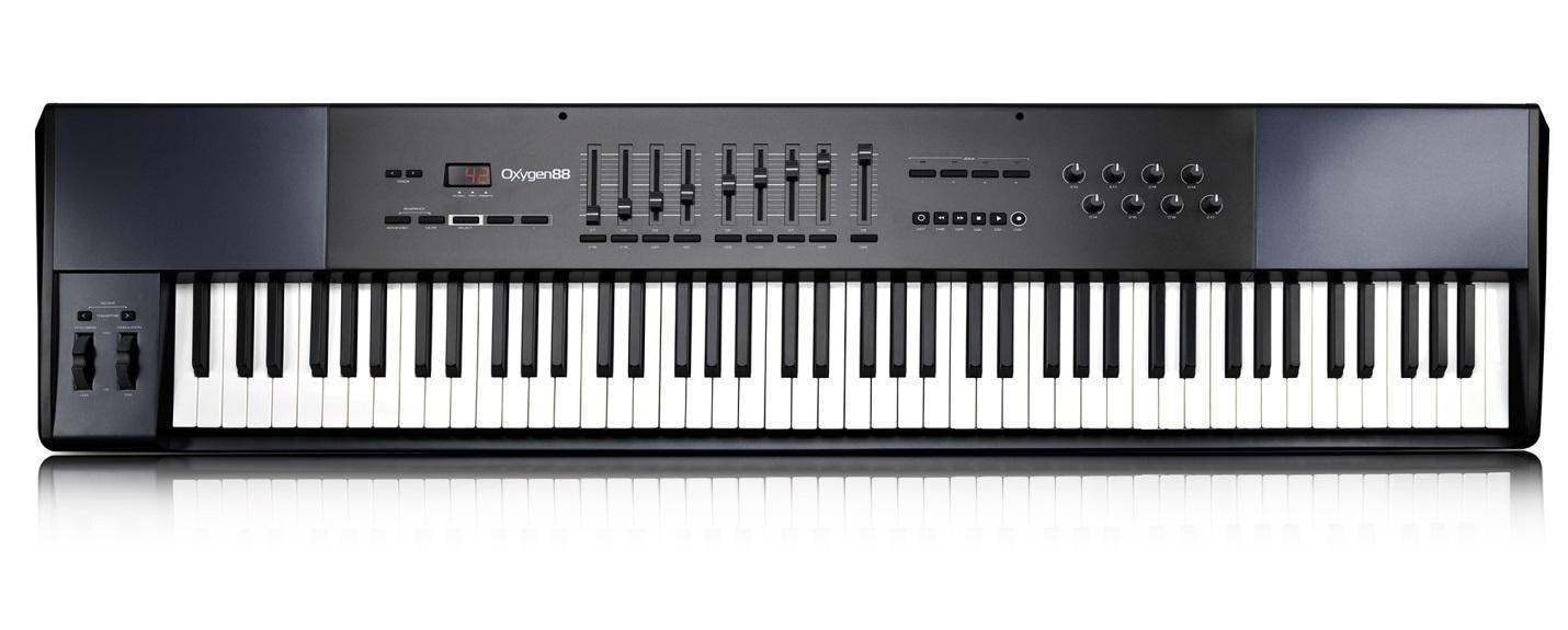 На фото – MIDI-клавиатура M-AUDIO OXYGEN 88