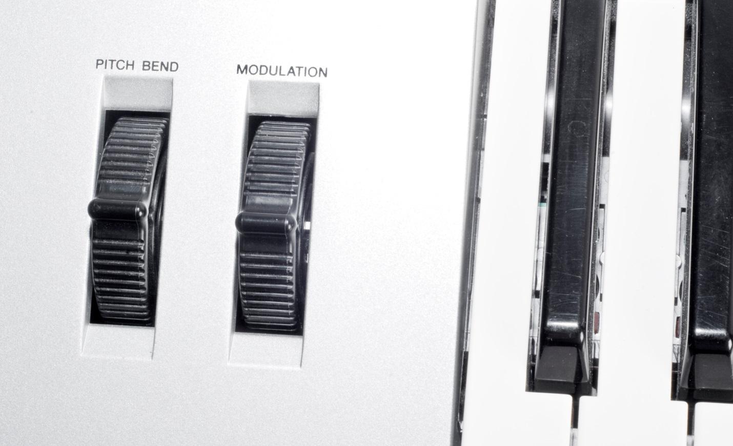 Регуляторы управления: питч (Pitch) и модуляция (Modulation)